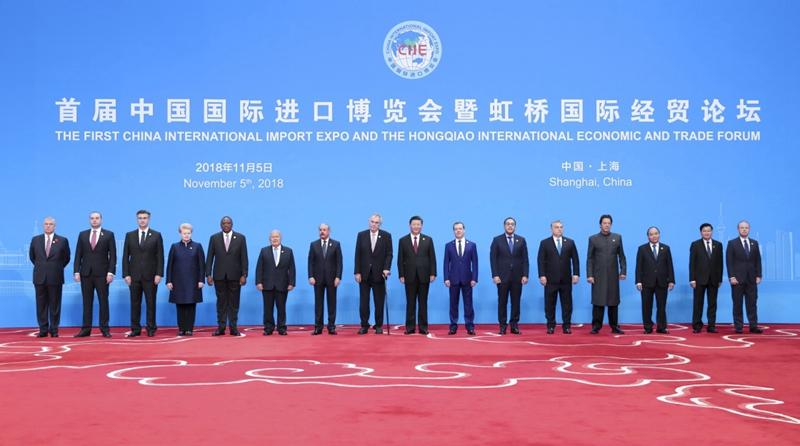 11月5日,首届中国国际进口博览会在上海开幕。国家主席习近平出席开幕式并发表题为《共建创新包容的开放型世界经济》的主旨演讲。这是开幕式前,习近平同外方领导人集体合影。新华社记者 丁海涛 摄