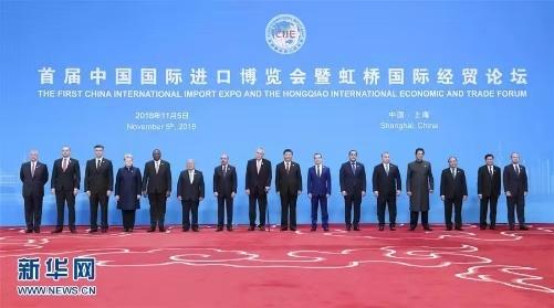 11月5日,首届中国国际进口博览会在上海开幕。国家主席习近平出席开幕式并发表题为《共建创新包容的开放型世界经济》的主旨演讲。这是开幕式前,习近平同外方领导人集体合影。 新华社记者 丁海涛 摄