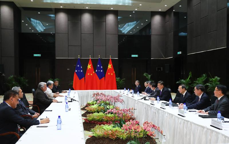 11月16日,国家主席习近平在莫尔兹比港分别会见建交太平洋岛国领导人。这是习近平会见萨摩亚总理图伊拉埃帕。新华社记者 谢环驰 摄