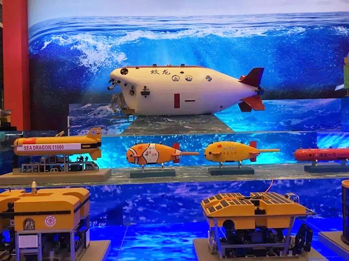 """图为蛟龙、海龙、潜龙""""三龙兄弟""""深海探测装备模型。"""