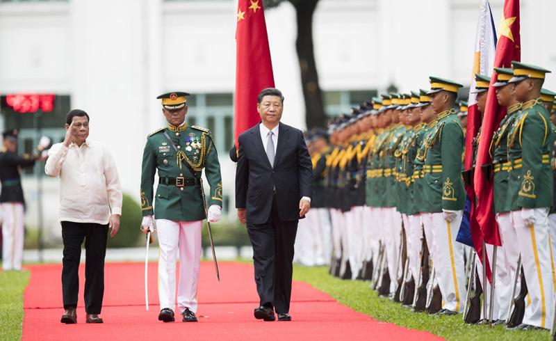 11月20日,国家主席习近平在马尼拉同菲律宾总统杜特尔特举行会谈。会谈开始前,习近平出席杜特尔特在总统府前草坪举行的隆重欢迎仪式。这是习近平在杜特尔特陪同下沿红地毯检阅仪仗队。