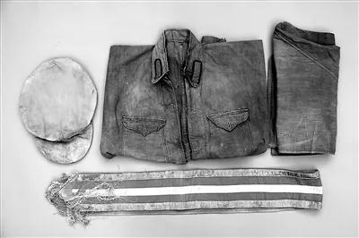 图为1929年3月红四军在长汀首次统一的全套军装。