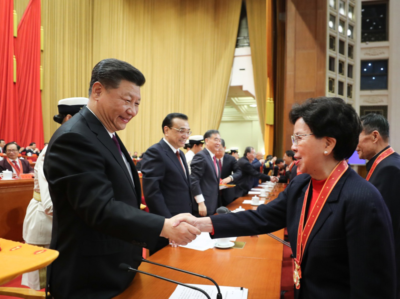 12月18日,庆祝改革开放40周年大会在北京人民大会堂隆重举行。中共中央总书记、国家主席、中央军委主席习近平在大会上发表重要讲话。这是习近平等为获得改革先锋称号人员代表颁奖。