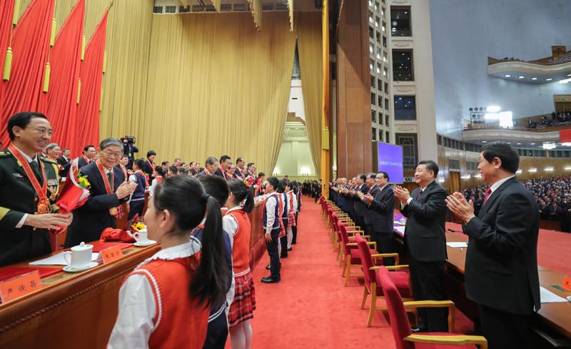 12月18日,庆祝改革开放40周年大会在北京人民大会堂隆重举行。中共中央总书记、国家主席、中央军委主席习近平在大会上发表重要讲话。这是习近平等鼓掌向受表彰人员表示祝贺。