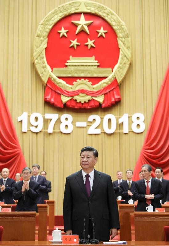 12月18日,庆祝改革开放40周年大会在北京人民大会堂隆重举行。中共中央总书记、国家主席、中央军委主席习近平在大会上发表重要讲话。这是习近平在主席台向全场致意。