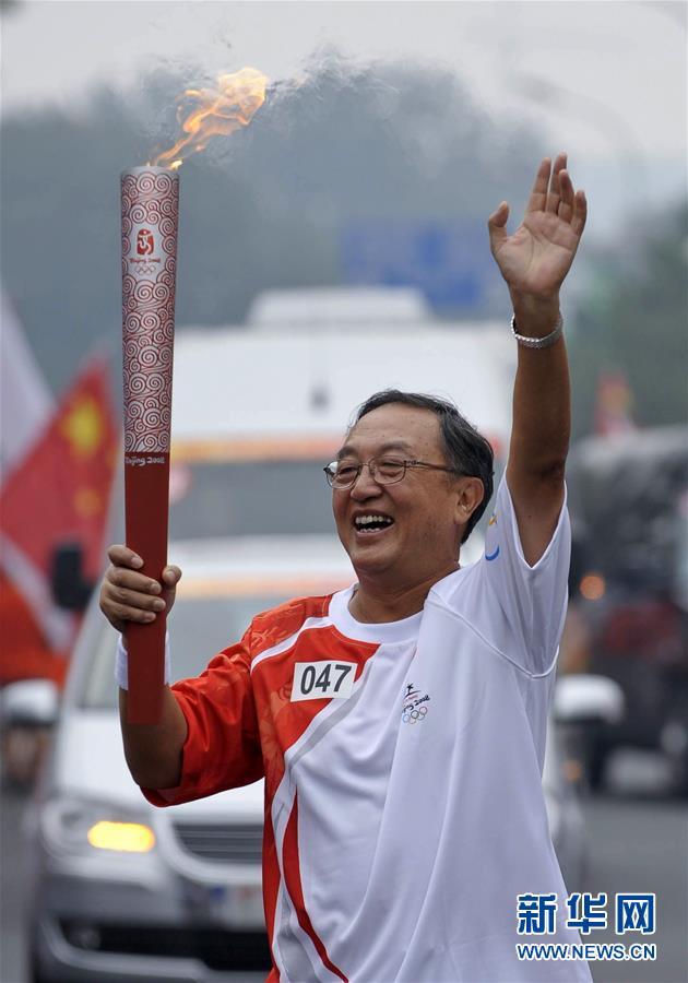这是柳传志在北京市传递奥运圣火(2008年8月6日摄)。