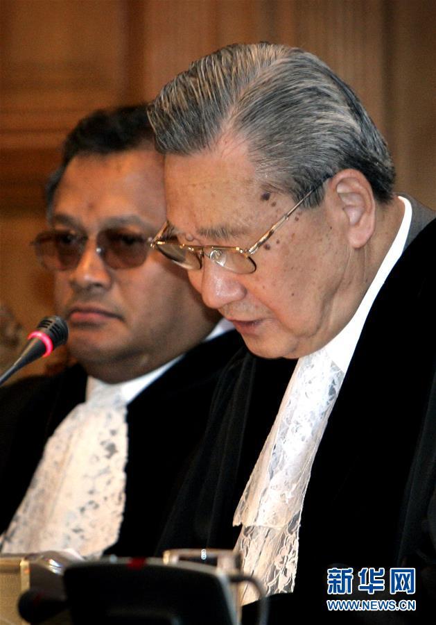 2004年7月9日,国际法院院长史久镛大法官(右)在荷兰海牙宣读法院裁定书。