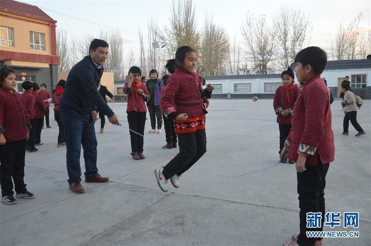 库尔班·尼亚孜和学生一起跳绳(资料照片)。