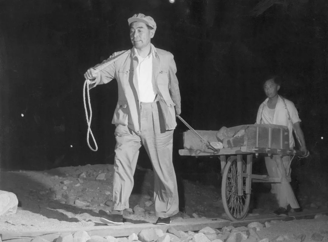 1958年6月,周恩来参加劳动。