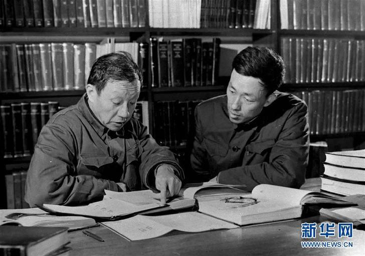 这是王大珩(左)与他的学生蒋筑英在研究工作(资料照片)。 新华社发