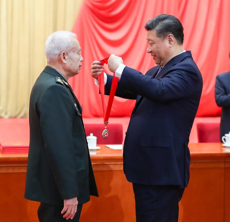 1月8日,2018年度国家科学技术奖励大会在北京人民大会堂隆重举行。这是中共中央总书记、国家主席、中央军委主席习近平向获得2018年度国家最高科学技术奖的中国人民解放军陆军工程大学钱七虎院士颁发奖章。
