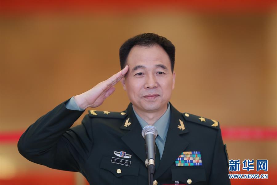 2017年10月18日,中国共产党第十九次全国代表大会在北京人民大会堂开幕。这是开幕会前,景海鹏接受采访。新华社记者 殷刚 摄