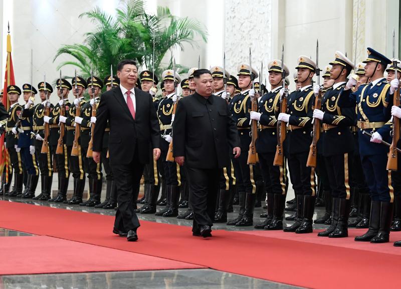 1月8日,中共中央总书记、国家主席习近平同当日抵京的朝鲜劳动党委员长、国务委员会委员长金正恩举行会谈。会谈前,习近平在人民大会堂北大厅为金正恩举行欢迎仪式。