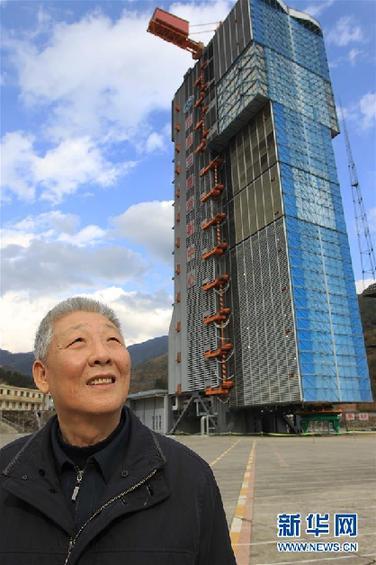 这是孙家栋在西昌卫星发射中心(2010年12月15日摄)。新华社记者 李明放 摄