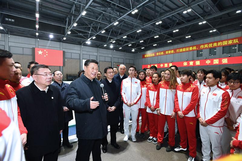 2月1日,中共中央总书记、国家主席、中央军委主席习近平在北京看望慰问基层干部群众,考察北京冬奥会、冬残奥会筹办工作。这是1日下午,习近平在国家冬季运动训练中心勉励正在训练备战的运动员、教练员。新华社记者 谢环驰 摄