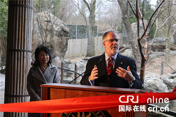 美国国家动物园园长斯蒂芬⋅芒佛特(右)在剪彩仪式上讲话。(摄影 刘坤)