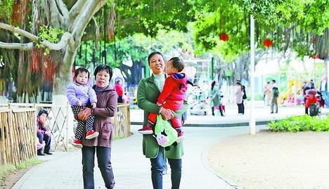 昨日厦门天气晴朗,气温有所回升,图为市民带着孩子在公园休闲散步