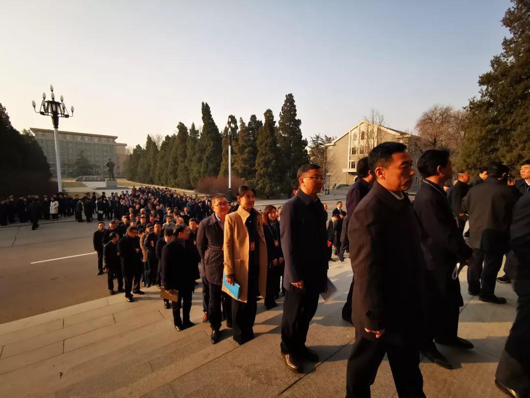 △上午八点半,正在陆续入场的学员们。在他们不远处屹立着毛泽东雕像。(央视记者张晓鹏拍摄)