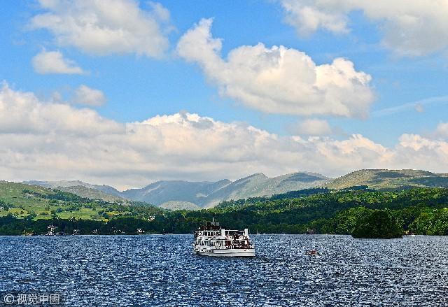 温德米尔湖位于爱尔兰海以东,英格兰西北部湖泊区以内。是英格兰最大湖泊。该湖形状狭长,最深处在北端。湖区位于英格兰西北海岸,靠近苏格兰边界方圆2300平方公里,1951年被划归为国家公园,是英格兰和威尔士的十一个国家公园中最大的一个。