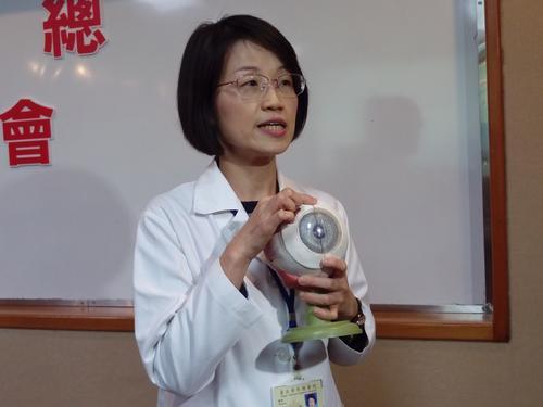 医师建议青光眼高危险人群,应长期接受定期检查。