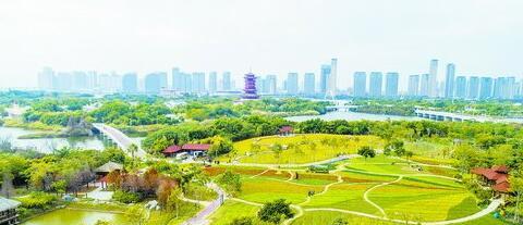"""园博苑始终坚持生态优先原则,严格保护园区生态资源,呵护城市 """"绿肺""""。"""