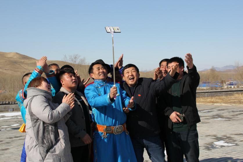 东萨拉嘎查牧民通过微信与在北京开会的吴云波视频通话