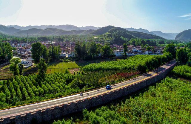 这是河北省邯郸市涉县河南店镇王堡村外的公路(2018年5月29日无人机拍摄)。