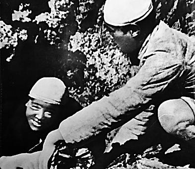 和战友一起烧炭的张思德(左)(资料照片)。新华社发
