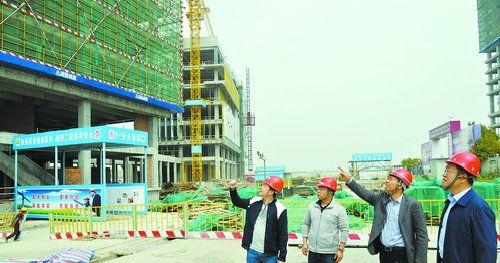 18日上午,在环东海域新城,指挥部工作人员来到厦门现代服务业基地丙洲片区统建区工地检查建设进度、了解项目需求。