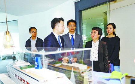 市发改委工作人员到筹建中的星旅远洋国际邮轮公司,协调解决问题,并为企业发展出谋划策。(日报记者 张奇辉 摄)
