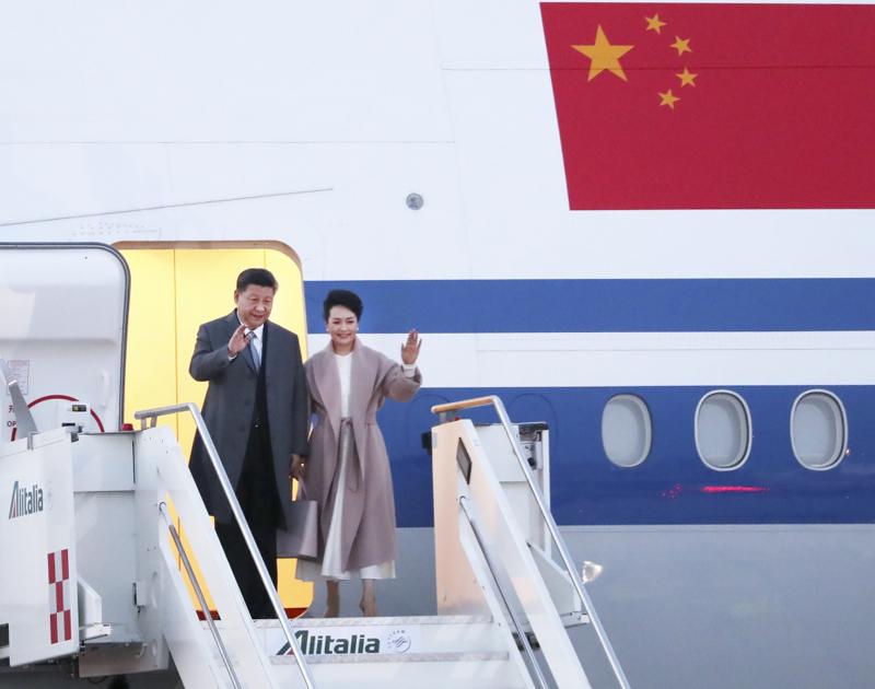 3月21日,国家主席习近平乘专机抵达罗马,开始对意大利共和国进行国事访问。这是习近平和夫人彭丽媛步出舱门。