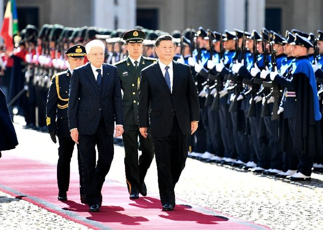 3月22日,国家主席习近平在罗马同意大利总统马塔雷拉举行会谈。这是习近平和夫人彭丽媛同马塔雷拉总统和女儿劳拉合影。(新华社记者王晔摄)