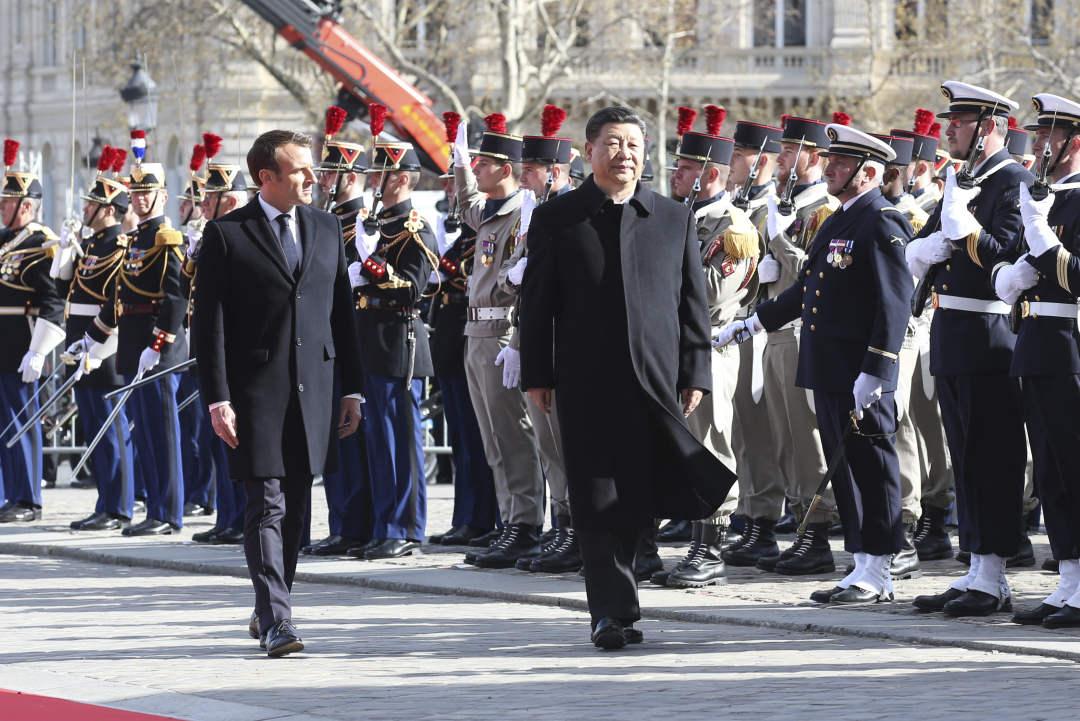 3月25日,国家主席习近平在巴黎爱丽舍宫同法国总统马克龙会谈。会谈前,马克龙在凯旋门为习近平举行隆重、盛大的欢迎仪式。新华社记者 姚大伟 摄
