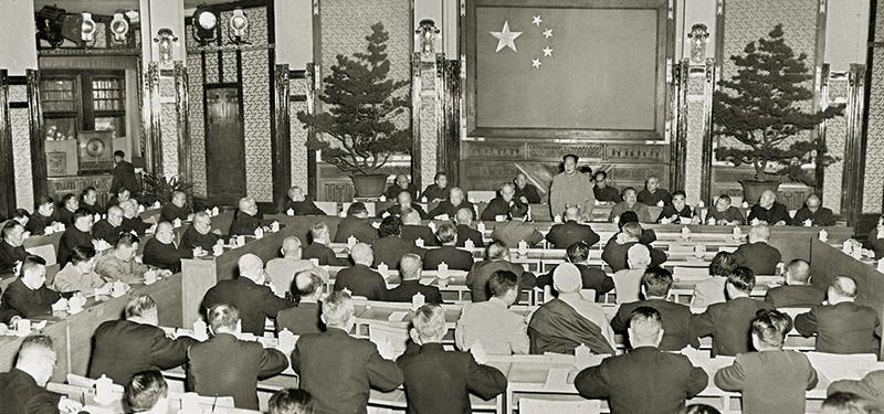 1956年4月25日,毛泽东同志在中共中央政治局扩大会议上发表了《论十大关系》的讲话。这篇讲话,以苏联的经验为鉴戒,总结了中国的经验,提出了调动一切积极因素为社会主义事业服务的基本方针,对适合中国情况的社会主义建设道路进行了初步的探索。5月2日,毛泽东同志在最高国务会议上,又一次对十大关系作了系统的阐述。图为1956年5月2日,毛泽东同志在最高国务会议上作《论十大关系》的讲话。