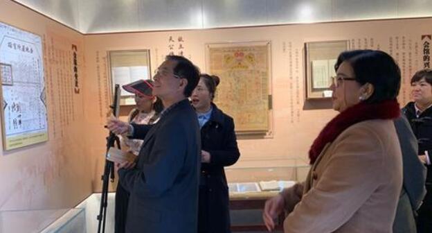 4月1日,台北市新闻记者公会参访团来到北京台湾会馆参观。图为参访团在会馆内聆听讲解。