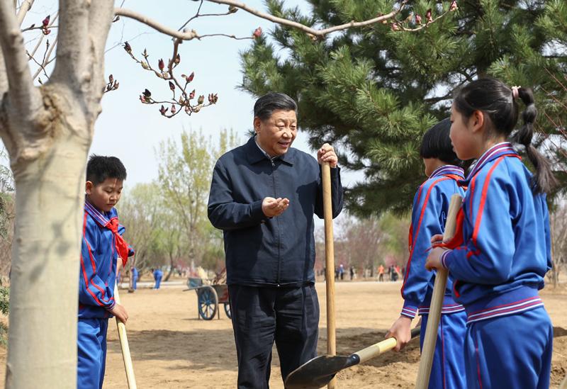 4月8日,党和国家领导人习近平、栗战书、汪洋、王沪宁、赵乐际、韩正、王岐山等来到北京市通州区永顺镇参加首都义务植树活动。这是习近平同少先队员在一起。