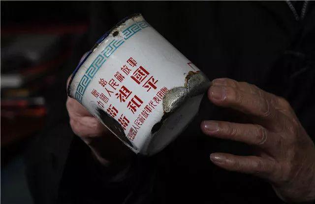 张富清珍藏了几十年,补了又补的搪瓷缸