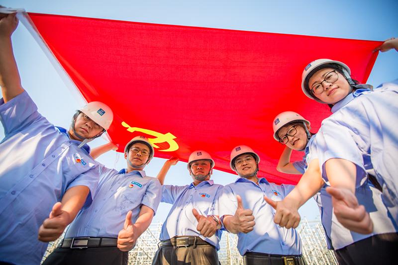 张敬宜所在北京新机场项目党员创新工作室成员形象照