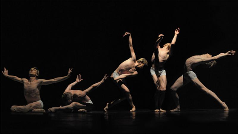 """马拉霍夫以过人的身材比例、扎实的芭蕾技术、出色的表演能力被誉为""""世纪舞者"""""""