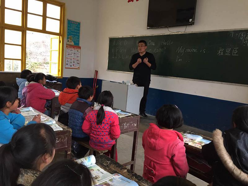 公安部办公厅秘书处主任科员、贵州黔西南州兴仁县新龙场镇民裕村第一书记程显臣。去年他在打好精准脱贫攻坚战座谈会上发了言。这是程显臣在民裕小学的第一堂英语课。2017年3月左右,因村小学没有英语教师,程显臣便在村小学每周教两节英语课。