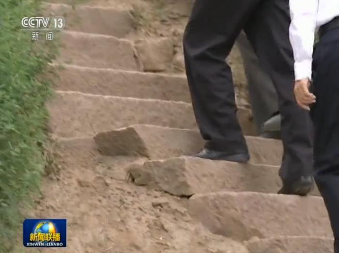 习近平一行走在赵家洼村。