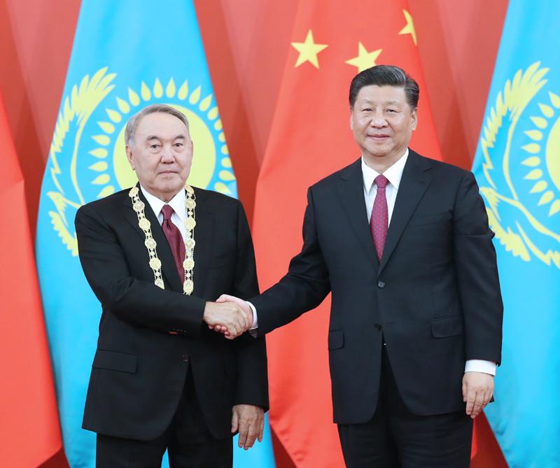"""4月28日,国家主席习近平在北京人民大会堂中央大厅为哈萨克斯坦首任总统纳扎尔巴耶夫举行""""友谊勋章""""颁授仪式。"""