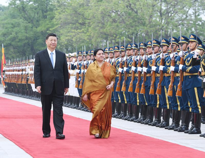 4月29日,国家主席习近平在北京人民大会堂同尼泊尔总统班达里举行会谈。这是会谈前,习近平在人民大会堂东门外广场为班达里举行欢迎仪式。