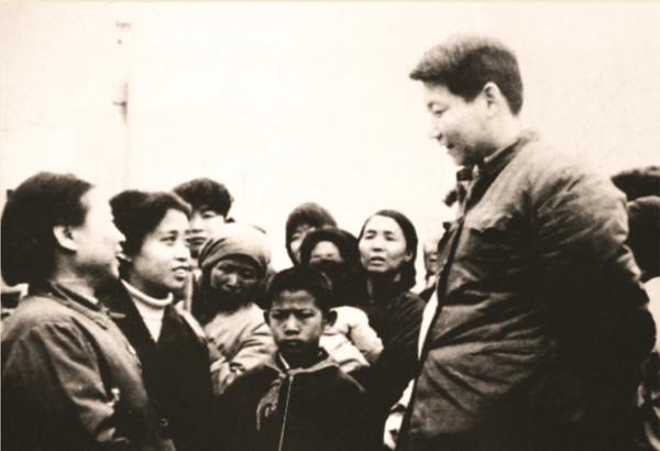 1983年,时任中共正定县委书记的习近平同赵村群众交谈。