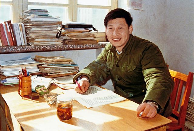 1983年,在河北正定办公室里的习近平。