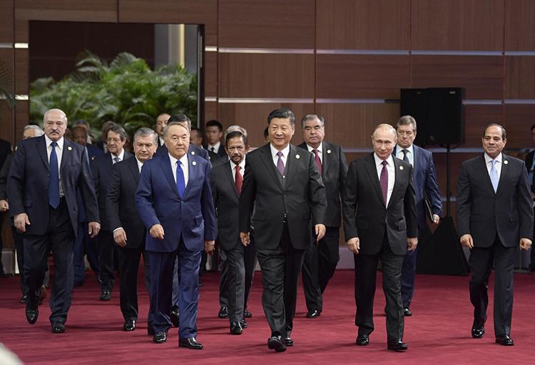 """2019年4月26日,國家主席習近平在北京出席第二屆""""一帶一路""""國際合作高峰論壇開幕式,這是習近平和出席開幕式的外方領導人共同步入會場。"""