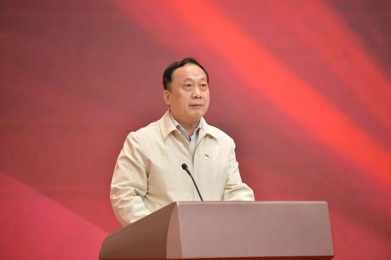 全国人大社会建设委员会副主任委员、中网联会长任贤良致辞。郭亮/摄