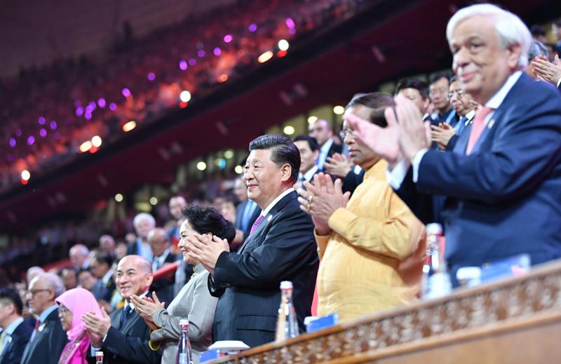 5月15日晚,国家主席习近平和夫人彭丽媛在北京国家体育场同出席亚洲文明对话大会的外方领导人夫妇共同出席亚洲文化嘉年华活动。