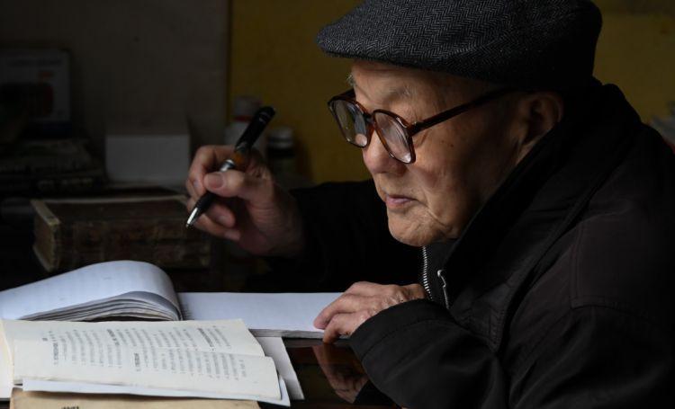 张富清在家看书学习(3月31日摄)。新华社记者 程敏 摄