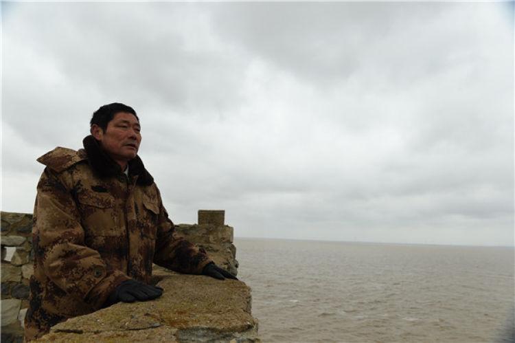 王继才在江苏开山岛上眺望远方(2017年2月21日摄)。 新华社记者 韩瑜庆 摄